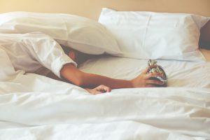 Pour soulager votre mal de dos, adoptez une bonne position au lit